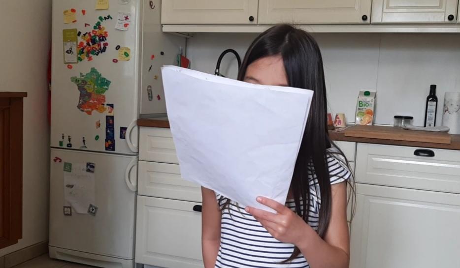 漢字入りの歌詞を見ながら歌う小学生
